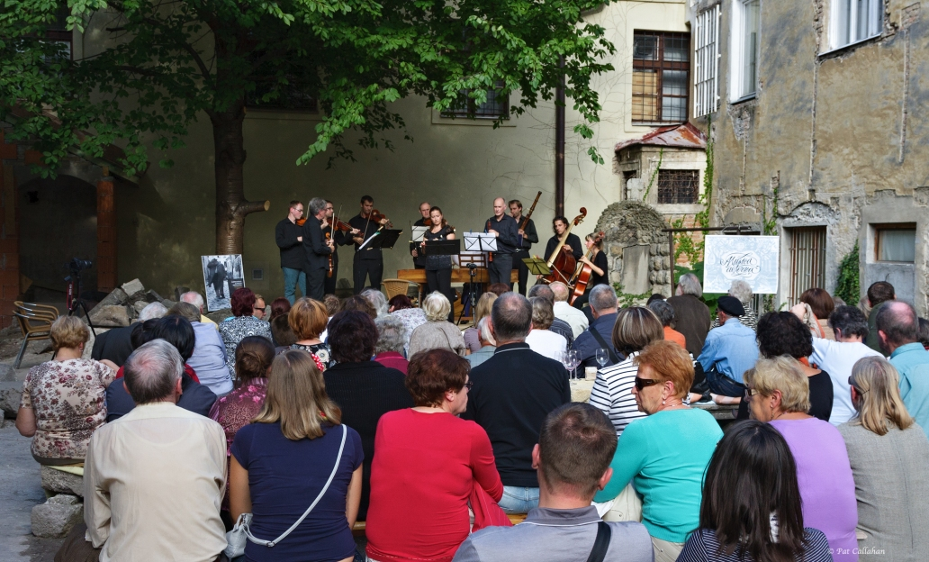 A night of music in the Albrecht House courtyard